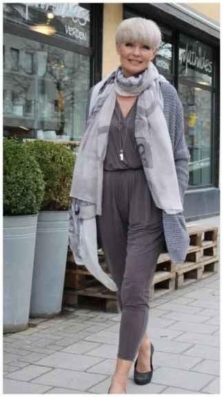 Женщина с короткими волосами и шарфом